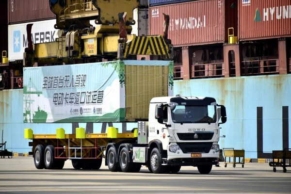 The world's first driverless electric truck in Tianjin Port.[Photo from Binhai New Area]