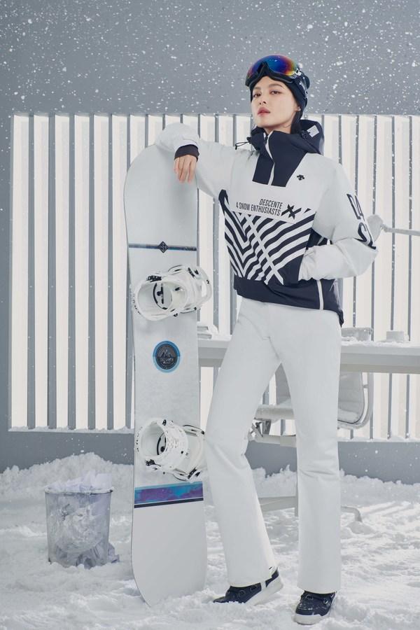 辛芷蕾演绎首发单板滑雪服