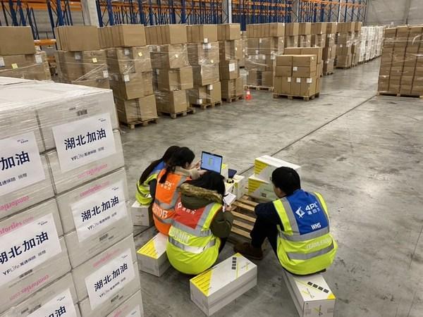 递四方海外仓工作人员正在核对防疫物资
