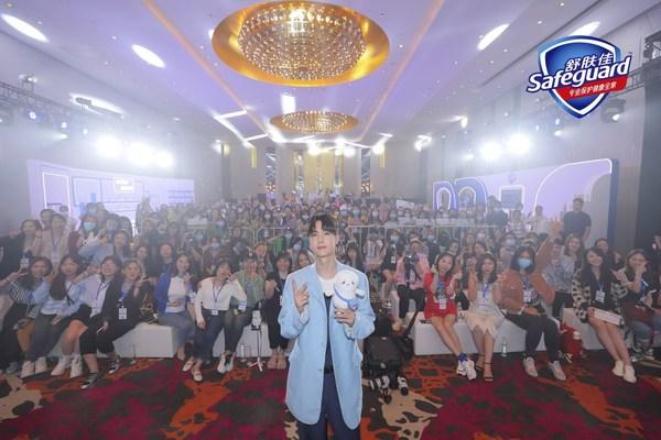 王一博出席舒肤佳健康充电站活动,守护健康畅享国庆