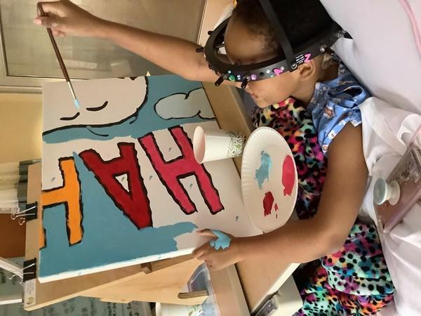 與胡士托 Woodstock 一起高飛︰年輕病人 Za'Nii Roundtree 展示她的超高繪畫技巧,為位於明尼蘇達州聖保羅市的史諾比 Snoopy 和胡士托 Woodstock 壁畫貢獻畫技。明尼蘇達州聖保羅市正是《花生漫畫》創作人 Charles Schulz 的家鄉。這幅壁畫是在「Take Care With Peanuts」計劃由 Peanuts Worldwide 和非牟利組織 Foundation for Hospital Art 捐贈予全球各地醫院 70 幅壁畫中的其中一幅。這項計劃於《花生漫畫》慶祝70週年同日,即10月2日展開。