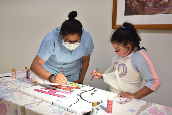 與史諾比 Snoopy 一起快樂繪畫︰在墨西哥城的 Hospital Shriners Para Ninos,Guadalupe Lino 和年輕病人 Silvia 繪畫由 Peanuts Worldwide 和非牟利組織 Foundation for Hospital Art 贈予醫院的史諾比 Snoopy 和胡士托 Woodstock 壁畫。這幅壁畫是「Take Care With Peanuts」計劃捐贈予全球各地醫院 70 幅壁畫中的其中一幅。這項計劃於《花生漫畫》慶祝70週年同日,即10月2日展開。