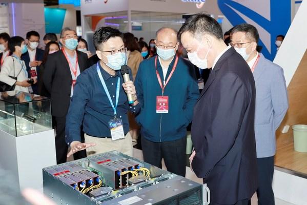 """燧原科技创始人兼首席运营官张亚林向参观领导介绍搭载""""云燧T10""""的人工智能服务器"""