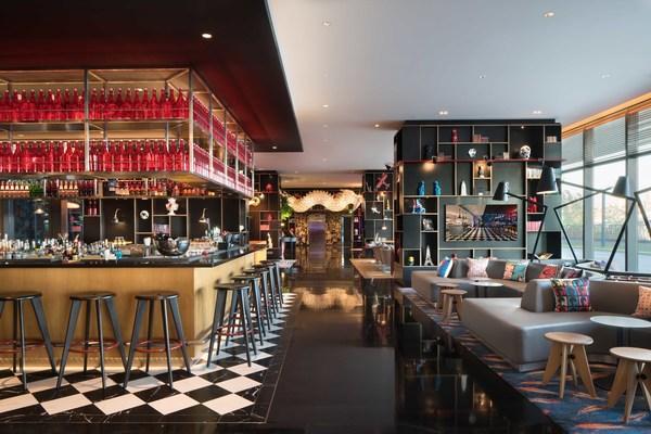 精心設計的客廳和酒吧,既適合工作,也適合休閒放鬆或社交聚會。