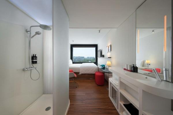 房間設計簡約舒適,巧妙地迎合了商務和休閒旅客的需求。