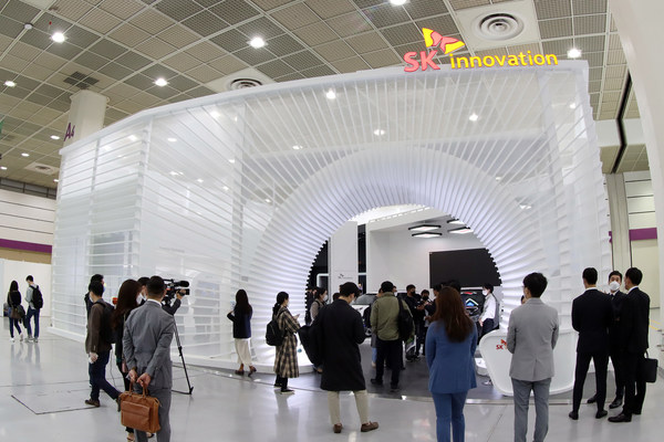 "SK Innovation sets up a booth at 'InterBattery2020' held in Seoul, Korea from October 21-23 to showcase its innovative technologies under the theme of ""SAFER THAN EVER, FAST THAN EVER, LONGER THAN EVER."""