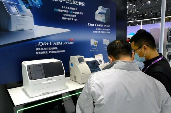 曾在疫情初期发挥重大作用的富士胶片全自动干式生化分析仪FUJI DRI-CHEM NX500i及升级版NX700i亮相2020 CMEF展会现场
