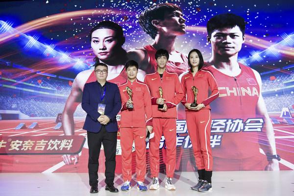 Presenting Red Bull souvenirs to Su Bingtian, Wang Yu and Li Ling