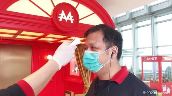 Seluruh staf wajib memantau suhu tubuhnya setiap hari, serta mengenakan masker dan sarung tangan lateks sekali pakai selama bekerja
