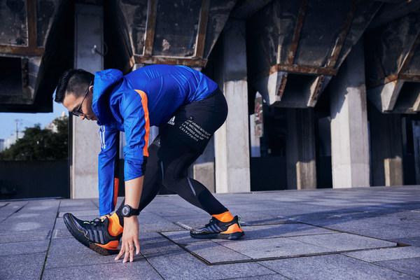 aR跑团团长马毓均率先示范新款GuardPack系列跑鞋