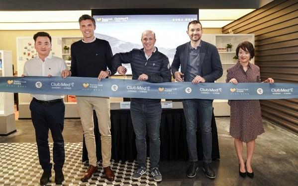 Club Med大南区销售总监常晴(左一),Club Med中国区市场及销售资深副总裁潘胜森 Sebastien Portes(左二), Club Med亚太市场销售事业部首席执行官戴杰伟Xavier Desaulles(左三),Thomas Cook 托迈酷客总经理戴安哲Alessandro Dassi(右二),Thomas Cook 托迈酷客首席营销官陈颖(右一)剪彩