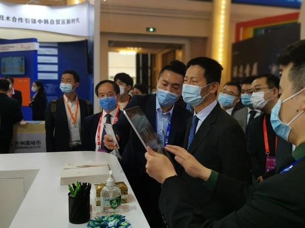 上海市副市长吴清先生体验螳螂慧视全息AR直播技术
