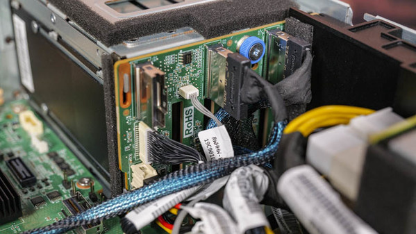 NE5260M5边缘服务器上的硬盘小背板