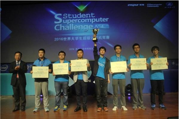 廖秋承(右三)与队友们获得ASC16超算竞赛亚军