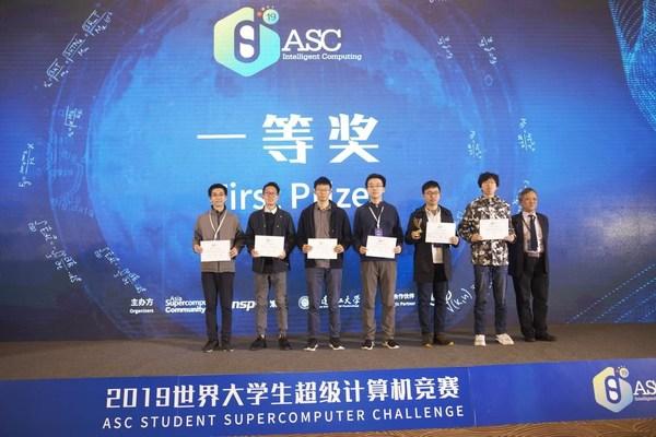 廖老师(左一)带领上海交大超算队获得ASC19一等奖