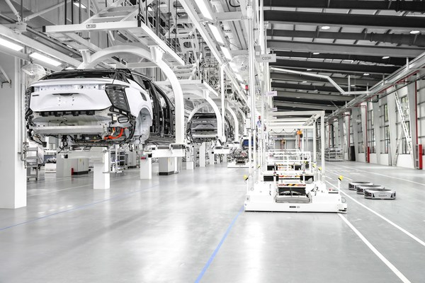 Finished vehicles are able to automatically drive themselves from the production line to designated delivery areas, allowing for completely unmanned transfer and pickup.