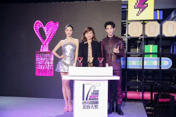 时尚COSMO出版人兼总经理李晓娟、罗云熙、钟楚曦共同揭幕奖杯