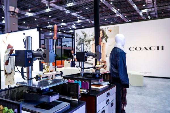 Tapestry旗下品牌Coach于进博会现场示范产品个性化定制服务