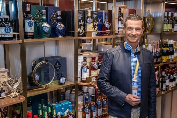 保乐力加中国董事总经理高晟天在位于上海新天地的保乐力加全球首家零售旗舰店Drinks & Co饮之奇境