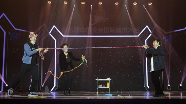 中国国家一級俳優、秦鸣暁、姚金芬夫婦がマジック「インタラクティブな古彩」を演じる