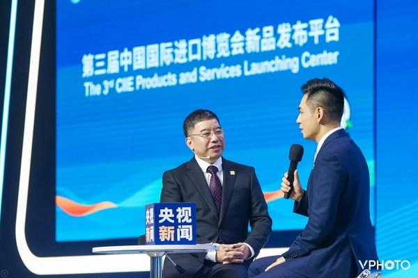 SGS中国区轻工产品服务总监张肖松先生在第三届中国国际进口博览会新品发布会上接受央视新闻采访