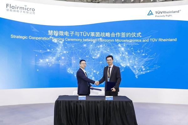 TUV莱茵大中华区交通服务副总裁黄余欣(右)和慧翰微电子董事长隋榕华代表双方企业签署战略协议