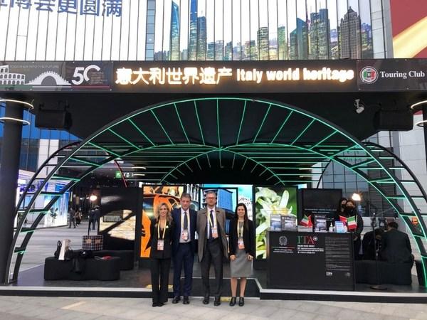 意大利驻沪总领事陈琪先生参观意大利世界遗产展馆