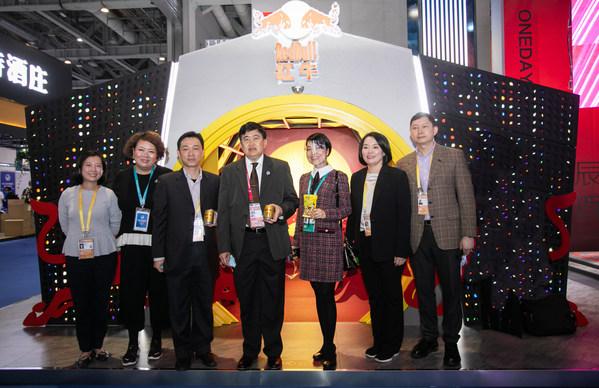 中泰建交45周年泰国驻华大使亲临2020进博会天丝集团红牛展位