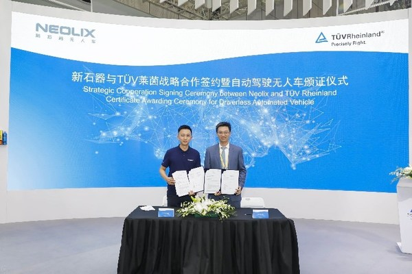 新石器无人车副总裁徐其远(左)与TUV莱茵大中华区交通服务副总裁黄余欣签订战略合作协议
