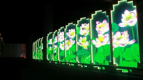 The Lotus Step by Step lantern set vividly portray a scenery of blossoming lotuses, representing good wishes and good fortune.