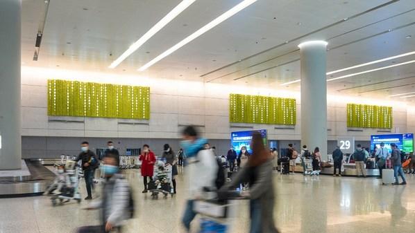 """""""未来数字雨""""绿植墙登陆上海虹桥机场T2国内到达行李提取区"""