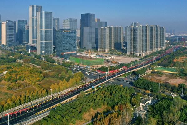 Sebanyak 10.000 pelari melintasi kota Yiwu.