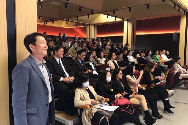 龙途互动CEO曹志刚(左)与现场嘉宾