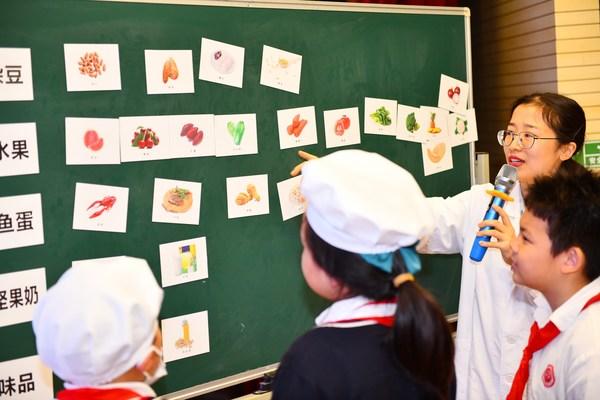 教程通过情景式和参与式的互动体验,帮助学生培养更健康的行为习惯