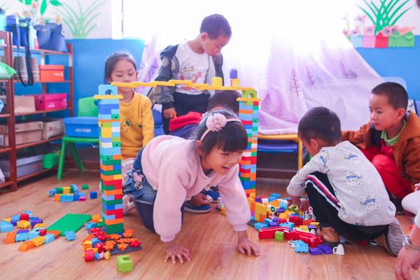 孩子们使用乐高积木颗粒进行搭桥玩乐游戏