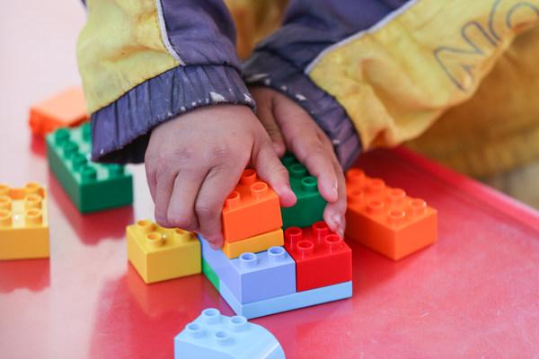 """项目为幼儿园配备了乐高®""""乐乐箱""""供孩子们边玩边学"""