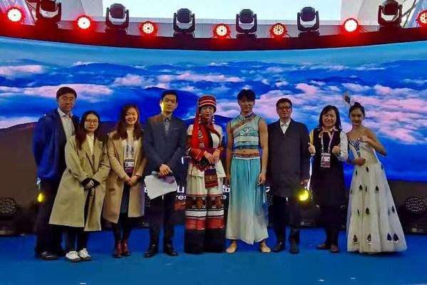 """上海外服""""译心译意""""突击队为云南省非物质文化遗产演出提供双语主持服务。"""