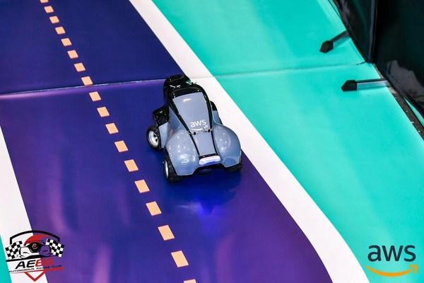 比例为1/18的自动驾驶赛车AWS DeepRacer