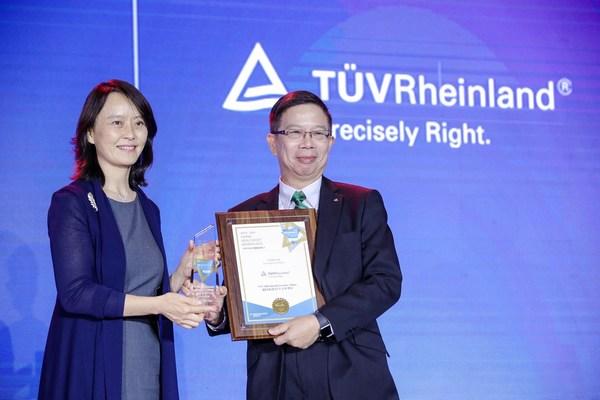 TUV莱茵大中华区人力资源部副总裁李浩华(右)出席了颁奖典礼