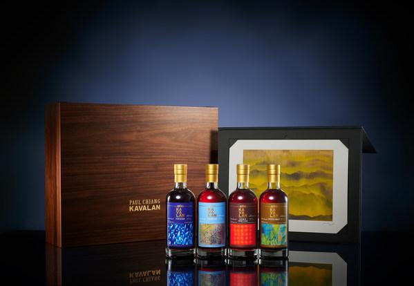 カバランが「台湾山脈」と題する江賢二画伯のシルクスクリーン付き限定版ボトル4種の「アーティストシリーズ・コレクターセット」を発売。左からパンチョン、バージンオーク、フランスワインカスク、ピーテッドモルト