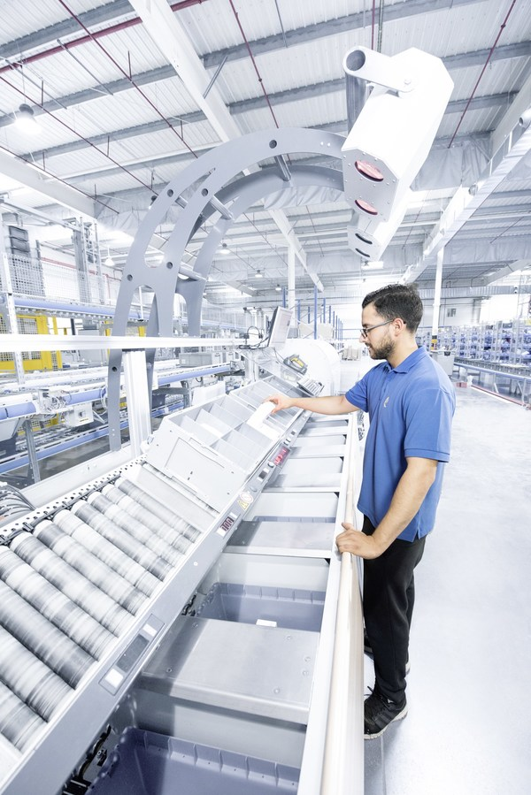 In a goods-to-person wave pick, all orders within the wave have equal priority. The machines work as efficiently as possible to provide inventory for picking within the wave.