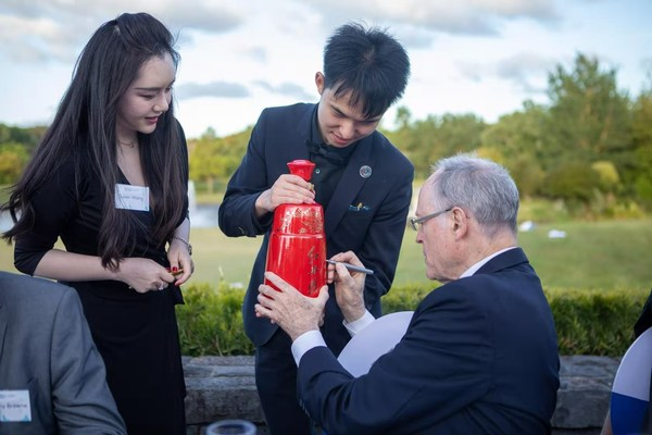 在2020年11月25日國際展望大會(天空2020)上,新西蘭儲備銀行前行長、中國工商銀行(新西蘭)董事長唐-布拉什博士(Dr. Don Brash)在紅西鳳酒瓶上簽名留念。