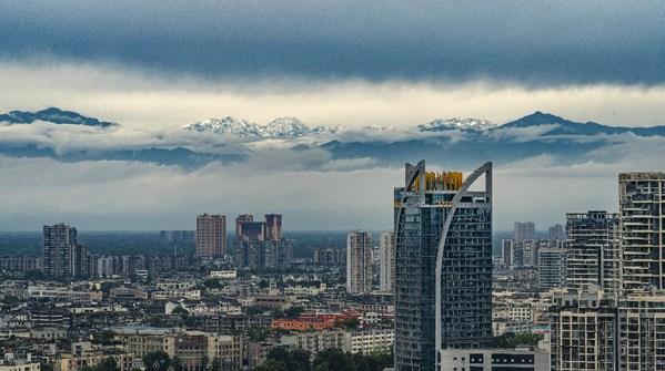ทัศยนีภาพของภูเขาหิมะที่มองจากนครเฉิงตู
