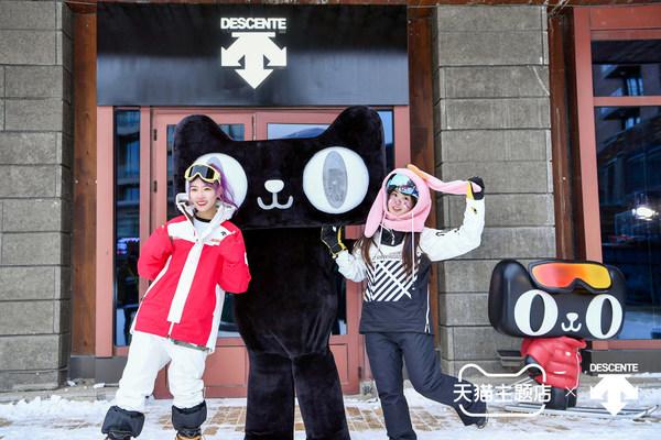 滑雪博主演绎新款单板滑雪服