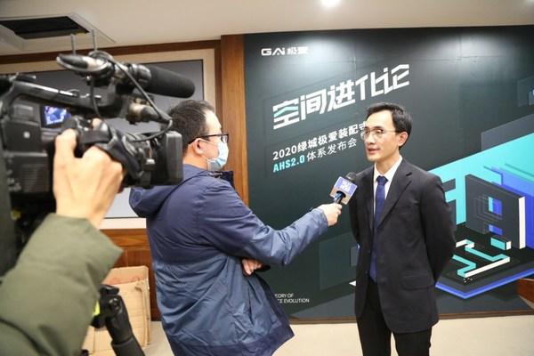 绿城极爱科技总经理潘银接受钱江电视台采访