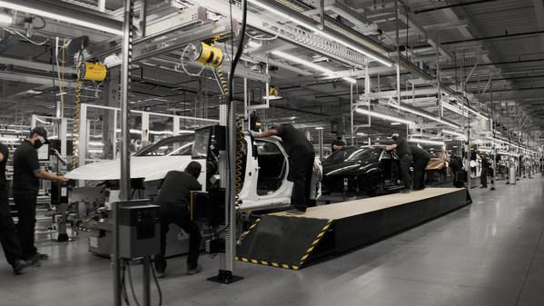 Lucid 已在其工廠製造最後一系列量產代表 Lucid Air,並利用受飛機啟發的鉚接和黏合單體殼式車身結構等先進工藝,使 Lucid Air 擁有先進的結構效率。客戶訂購的量產車將從 2021 年春季開始在亞利桑那州生產線下線,初始年產能為 3 萬輛,到 2028 年將增至 40 萬輛。