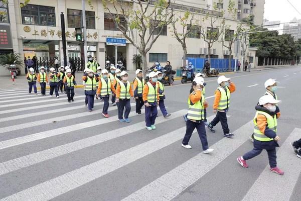 警官指导孩子们如何正确过马路