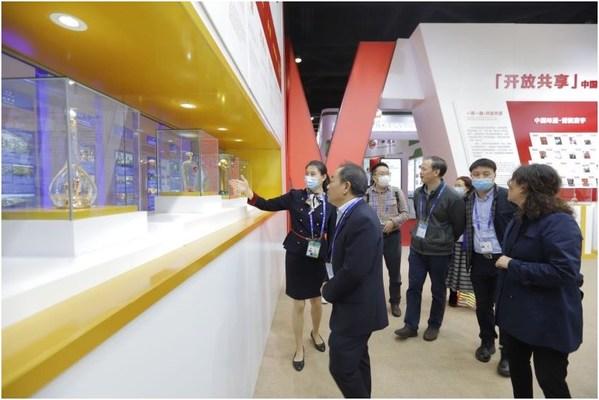 第17屆中國-東盟博覽會期間,中外遊客在五糧液展廳駐足欣賞五糧液產品