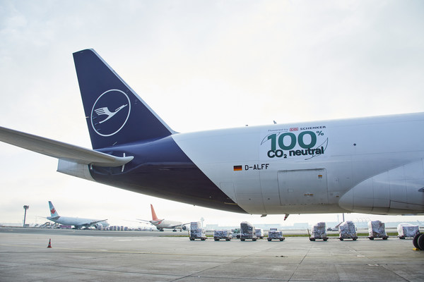 Together for climate protection: Lufthansa Cargo and DB Schenker start first CO2-neutral freight flights