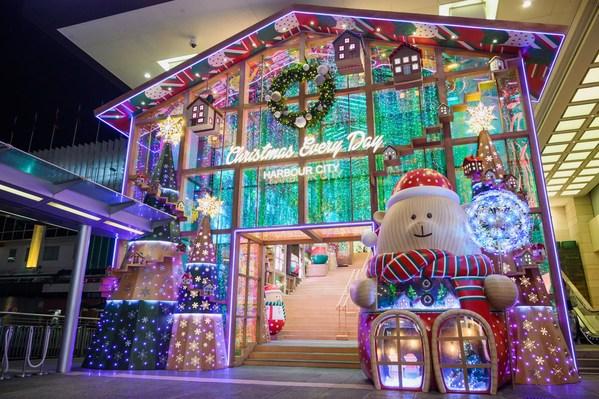 """香港海港城将正门入口幻化成""""巨型幻彩圣诞熊仔玩具店""""。"""